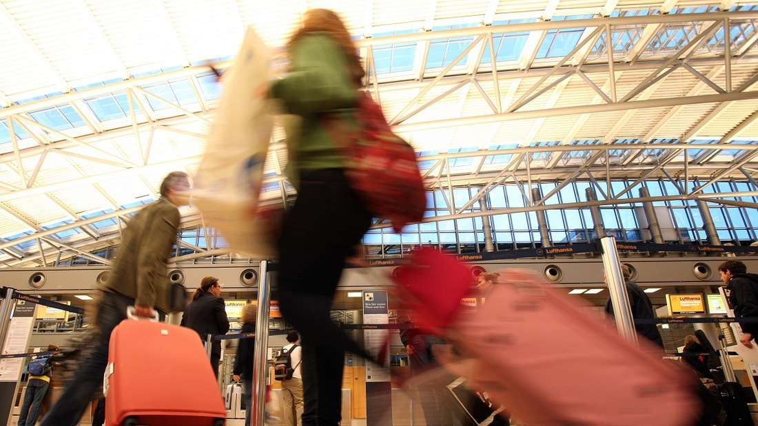 Eine Frau zog am Flughafen einige Blicke auf sich. (Symbolbild)
