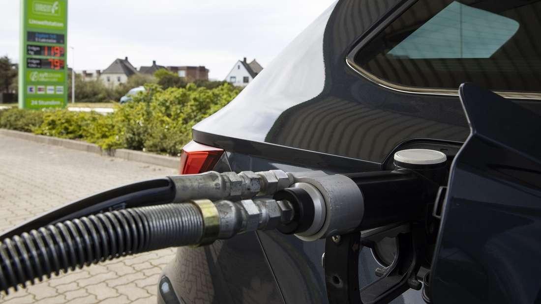 Gas tanken ist genauso einfach wie bei Benzin oder Diesel. Die Zapfpistole muss nur in der Tank-Kupplung arretiert werden, schon wird das komprimierte Gas in die Stahltanks gepumpt.
