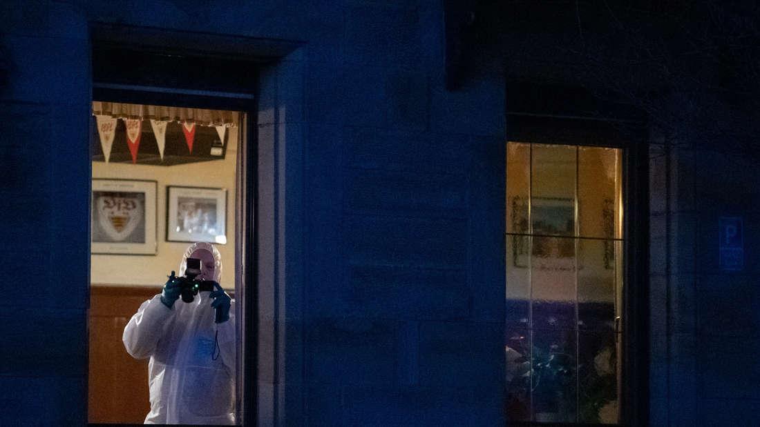 Rot am See: Nach Schüssen in Rot am See im Nordosten Baden-Württembergs steht ein Mitarbeiter der Spurensicherung in einem Haus und fotografiert