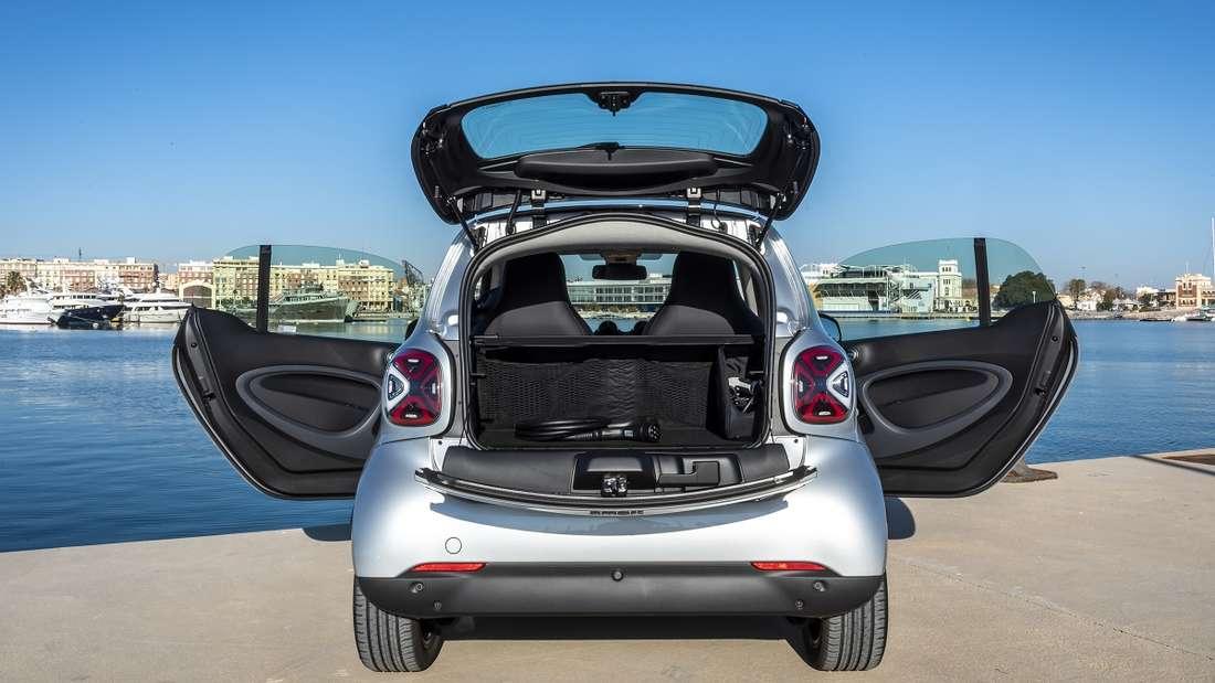 Neue Rücklichter, aber sonst bleibt alles beim Alten: Der neue Smart behält auch weiterhin die teilbare Heckklappe. In den Kofferraum passen nicht mehr als zwei Stück Handgepäck.