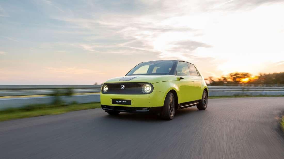 Giftig wie eine gelbe Viper fährt sich der Honda e im Sportmodus. Heckantrieb - addiert man noch die ideale Gewichtsverteilung von 50:50 zwischen Vorder- und Hinterachse dazu, ergibt sich maximaler Fahrspaß.