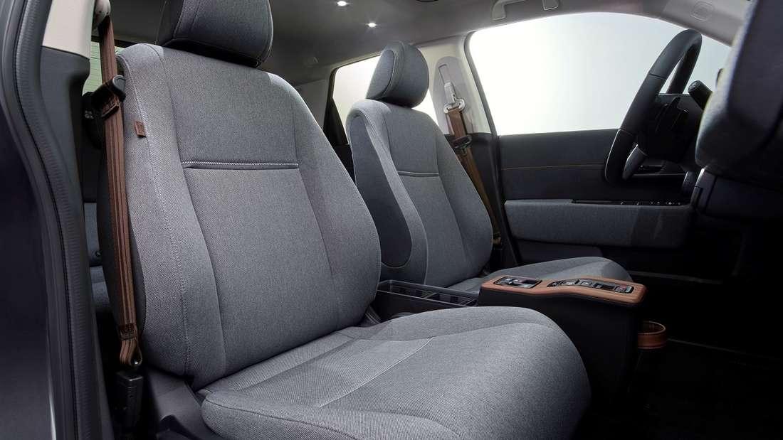 Kein leeres Versprechen: Lounge-Atmosphäre hatten die Japaner für den Honda e angekündigt. Es stimmt: Holz-Applikationen und Wohlfühl-Stoffe erzeugen eine angenehme Wohnzimmer-Stimmung.