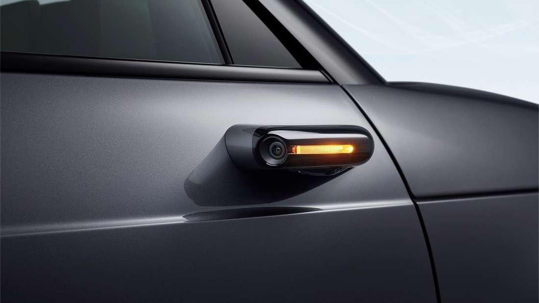 Kamera statt Rückspiegel: Im Gegensatz zum Audi etron, der auf die gleiche Technik setzt, haben die japanischen Entwickler die dazu gehörigen Bildschirme nicht in den Türen platziert, sondern an den äußeren Enden des Cockpits.
