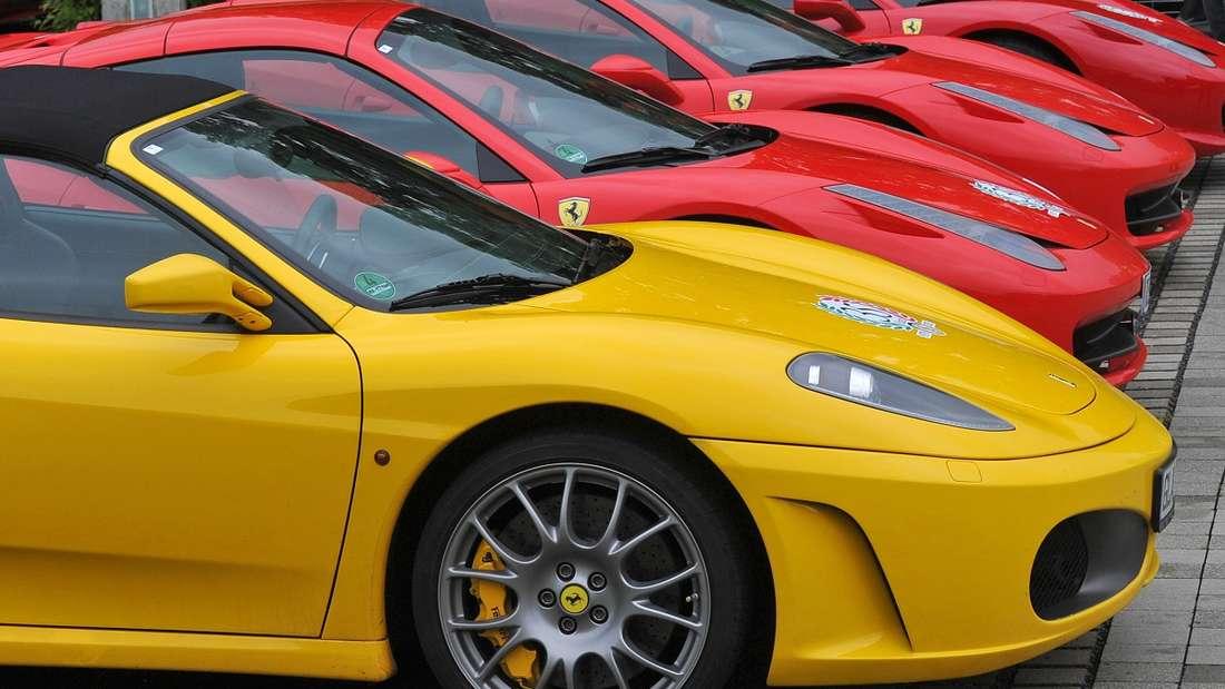 Ein Ferrari-Fahrer muss sich vor Gericht für seine üblen Beleidigungen verantworten. (Symbolbild)