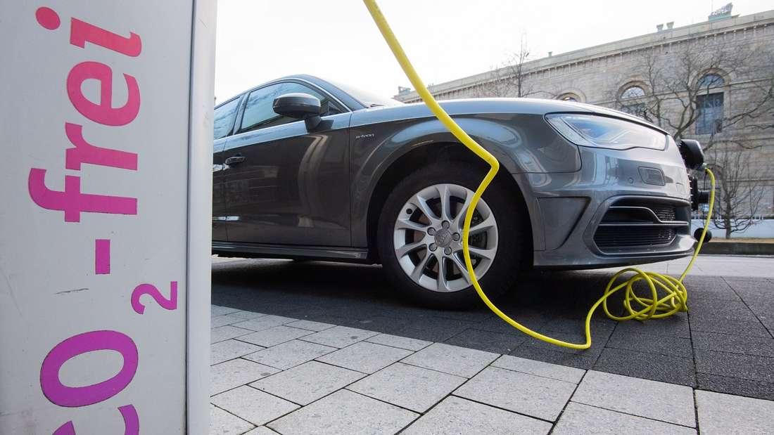 Die E-Auto-Prämie soll erhöht werden, doch die Zuschüsse lassen auf sich warten.