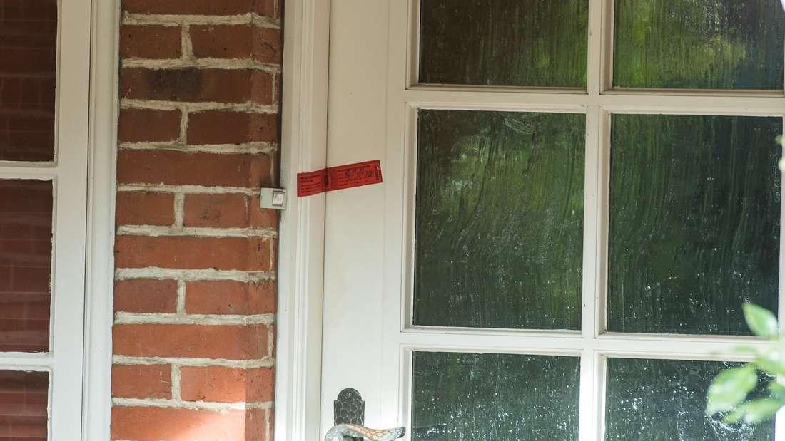 Polizeisiegel vor einer Wohnung. (Symbolbild)