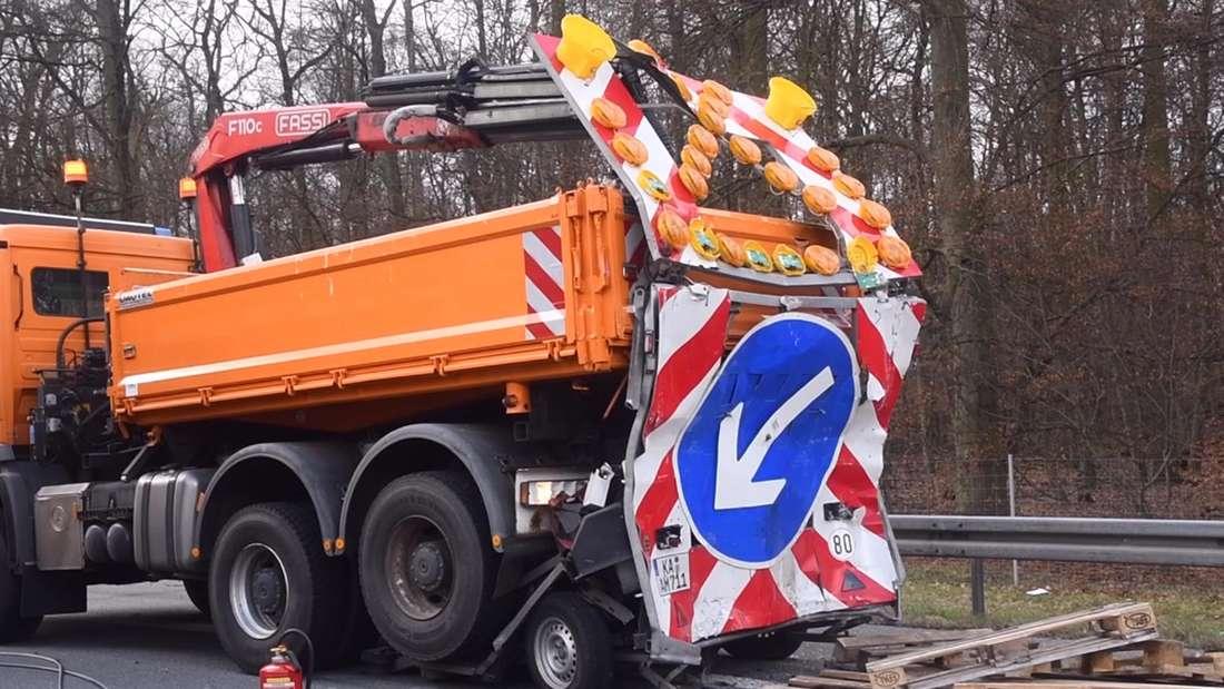 Bei einem Unfall auf A67 kracht ein Lkw gegen einen Sperranhänger– der Fahrer stirbt bei dem Crash.