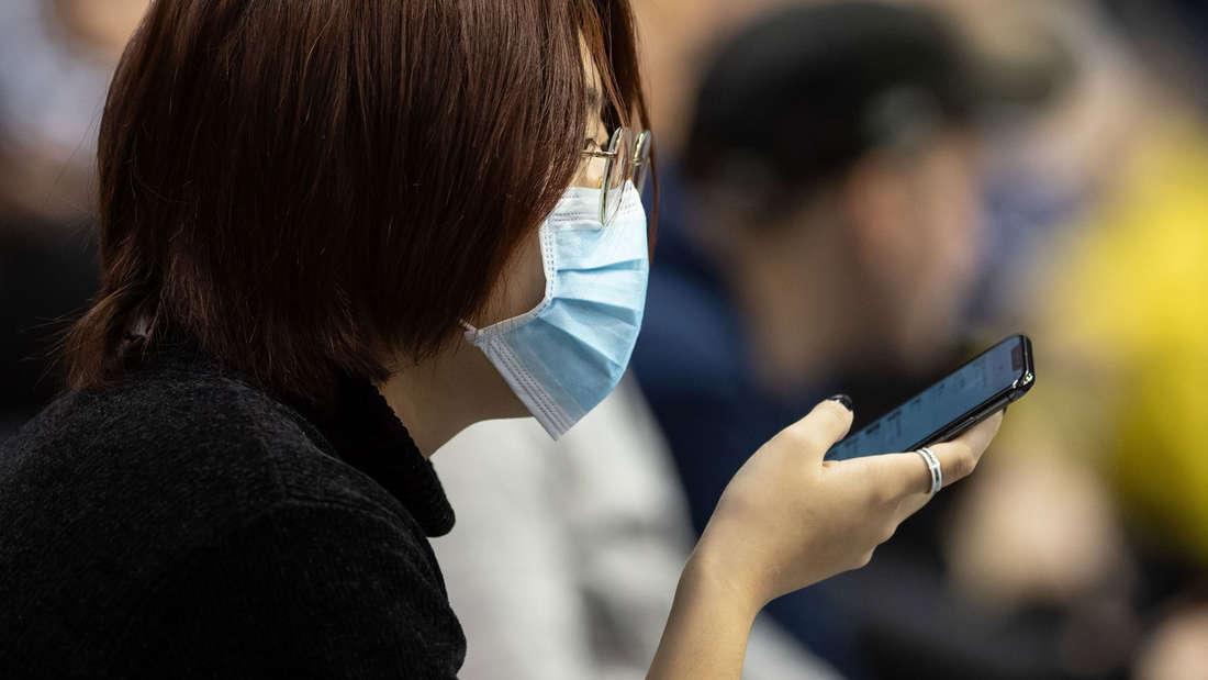 Wissenschaftler haben ein mobiles Testgerät für Infektionskrankheiten entwickelt, das sich an Smartphones andocken lässt. (Symbolbild)