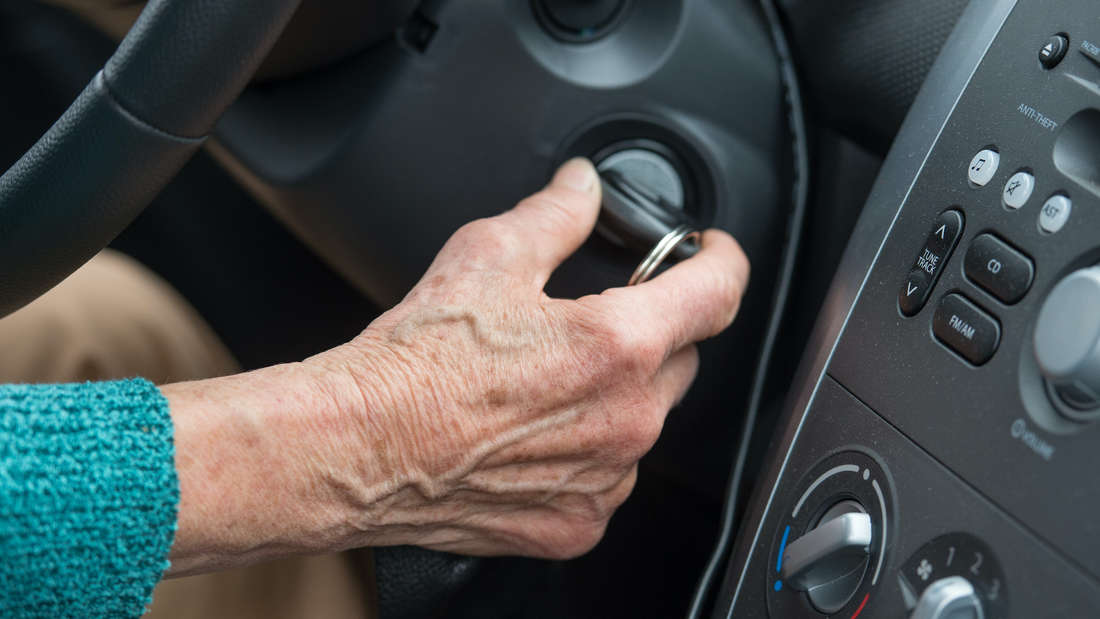 Ein älteres Ehepaar wird in dessen Auto brutal attackiert (Symbolfoto).