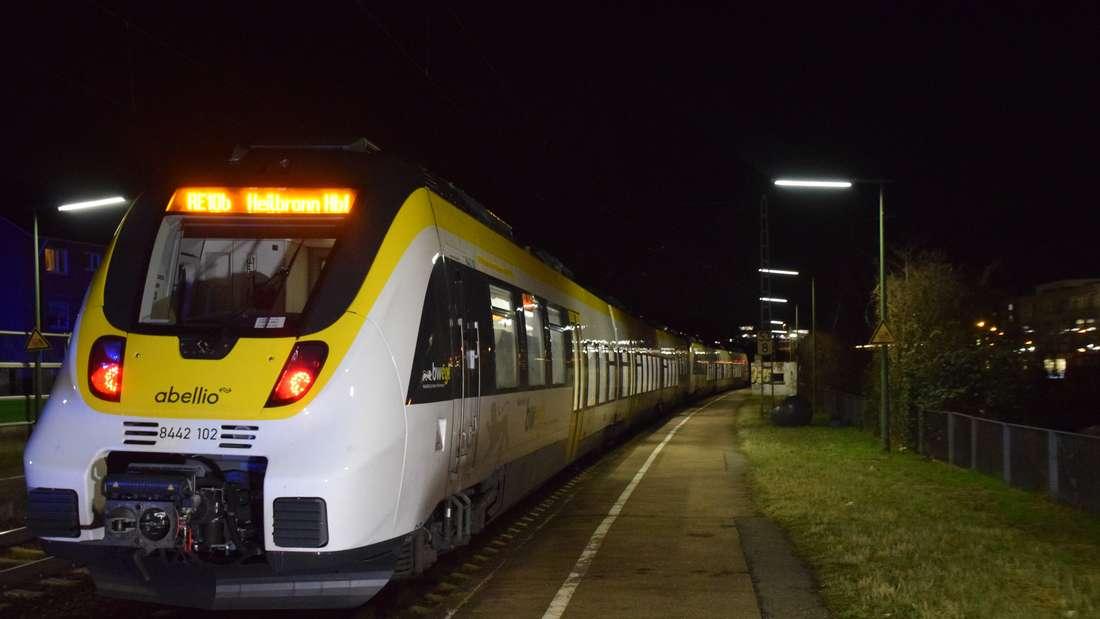 Am S-Bahnhof Sülmertor in Heilbronn kommt es am Donnerstagabend (19. Februar) zu einem tödlichen Zugunfall: Ein 33-jähriger Heilbronner will die Gleise überqueren und wird von einem Regionalzug erfasst, der gerade durch den Bahnhof fährt. Der Mann stirbt noch an der Unfallstelle. © HEIDELBERG24/Einsatz-Report24/Julian Buchner