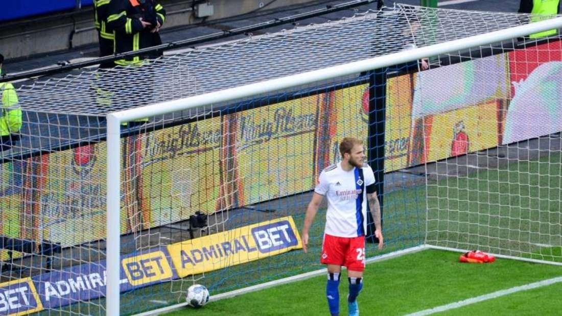 Der HSV um Timo Letschert verlor auch das zweite Hamburger Derby der Saison. Foto: Daniel Bockwoldt/dpa
