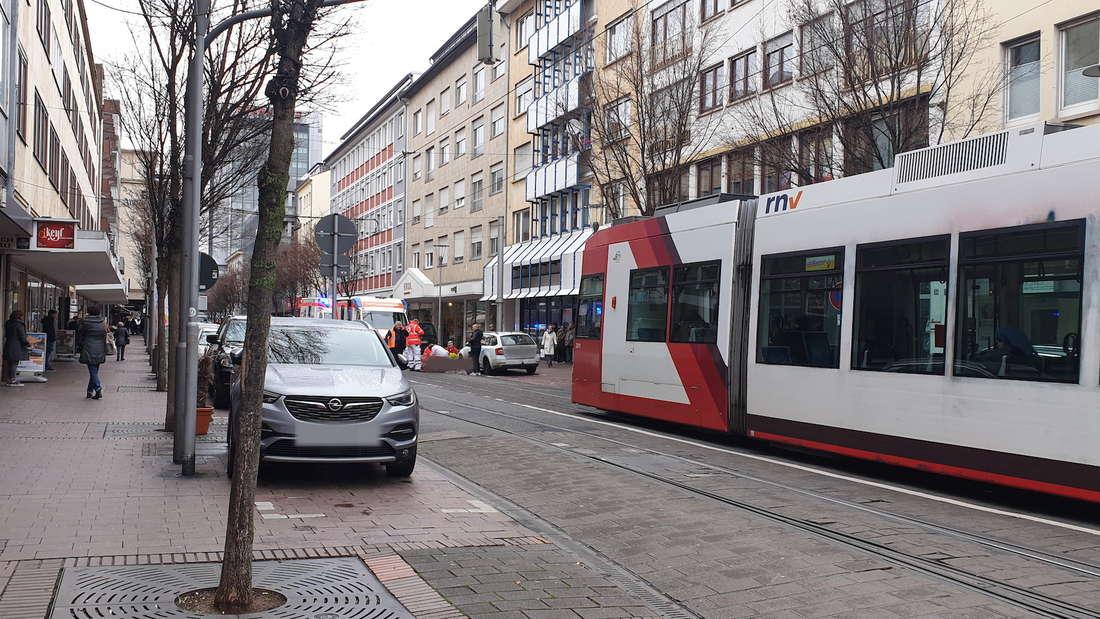 Eine Person ist in Ludwigshafen zusammengebrochen und liegt auf den Gleisen der Straßenbahn.