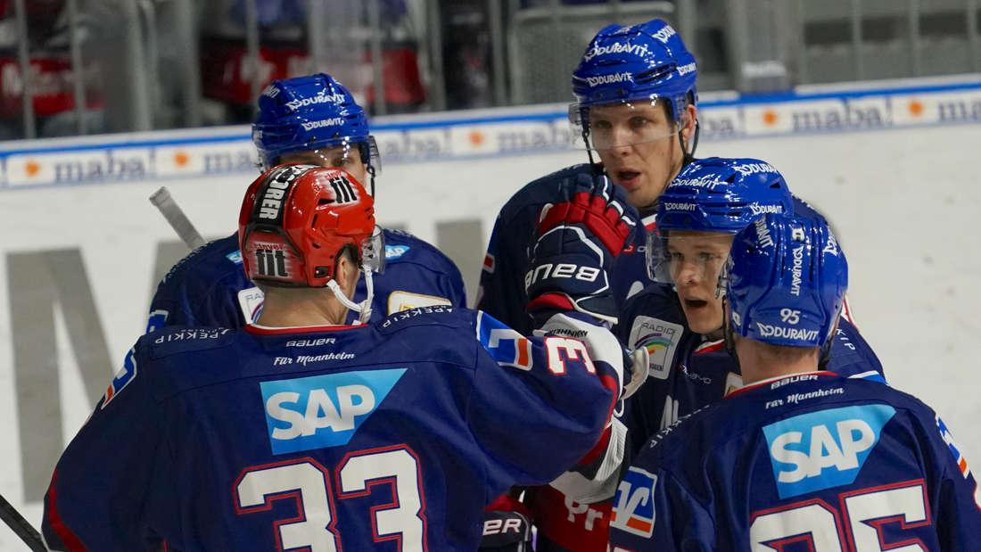Die Adler Mannheim bejubeln das 1:0 durch Järvinen.