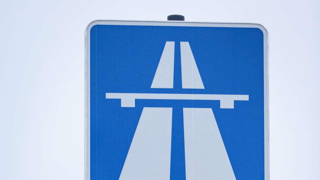 Autobahnen sind durch das Verkehrszeichen 330 gekennzeichnet.
