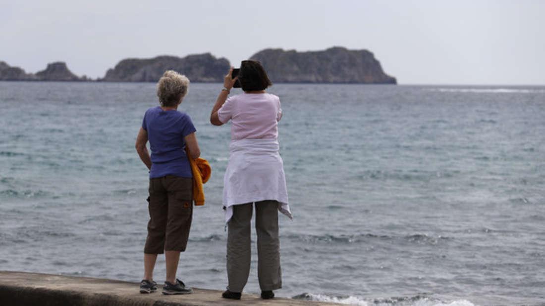 Die Zahl der internationalen Besucher auf Mallorca ist zu Jahresbeginn unter anderem wegen des neuartigen Coronavirus eingebrochen.