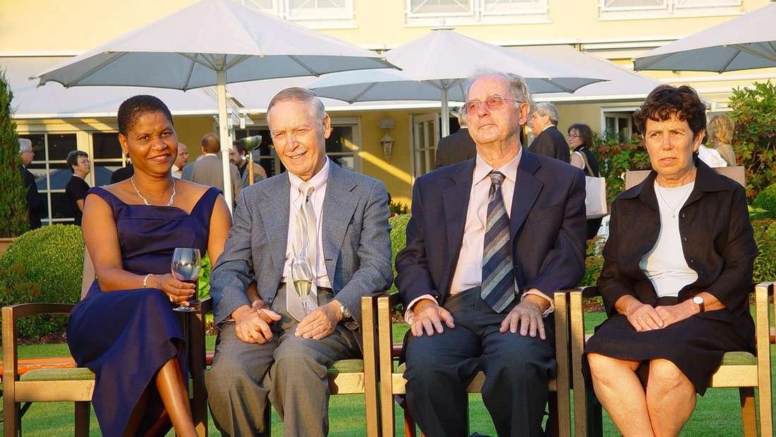 Fred Raymes (2. v. l) und Menachem Mayer mit ihren Ehefrauen als Gäste der Familie Hopp in Deutschland.