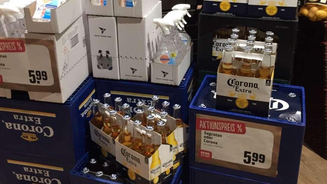 """Lieber """"Corona"""" oder """"Sagrotan"""" – die Aktion in einem Rewe-Markt in Mannheim."""