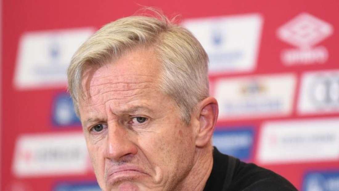 Nürnbergs Trainer Jens Keller äußert sich nicht nur zur Niederlage. Foto: Nicolas Armer/dpa