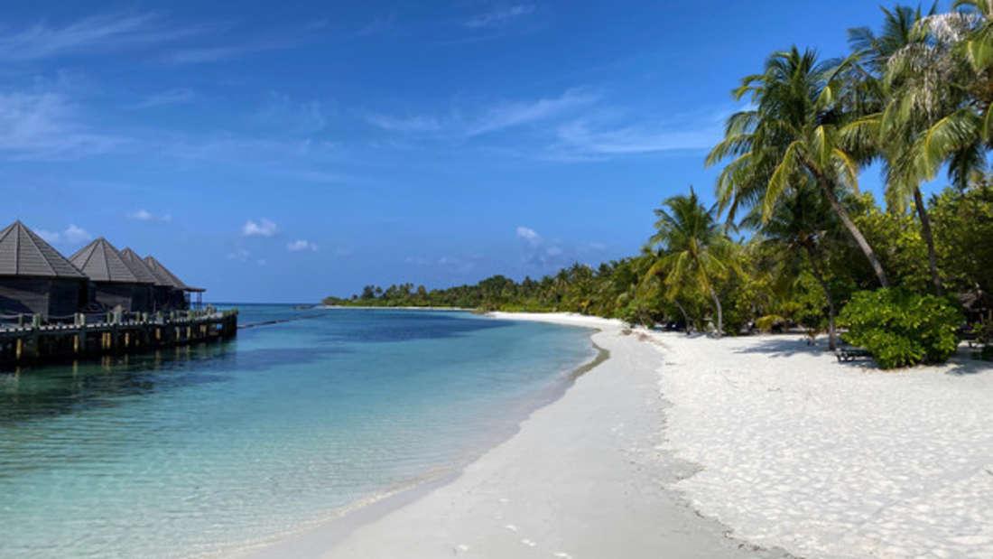 Malediven, Kuredu: Fußabdrücke sind am leeren Strand auf der Insel zu sehen.