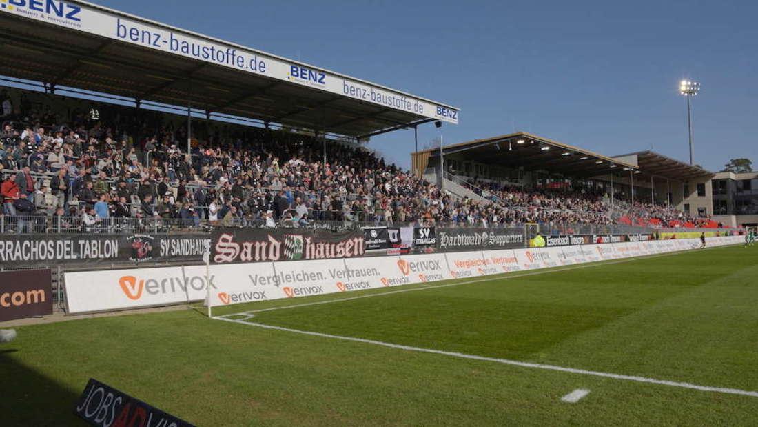 Die Haupttribüne im BWT-Stadion am Hardtwald.