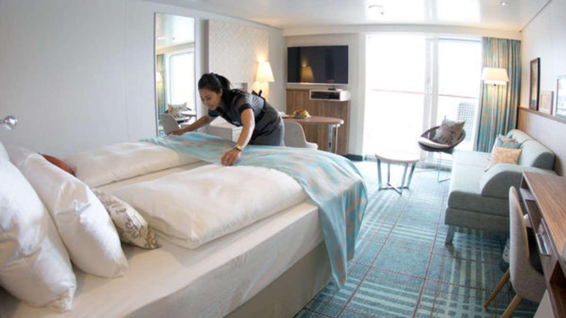 Eine Mitarbeiterin vom Zimmerservice arbeitet in einer Suite auf einem Kreuzfahrtschiff. (Symbolbild)