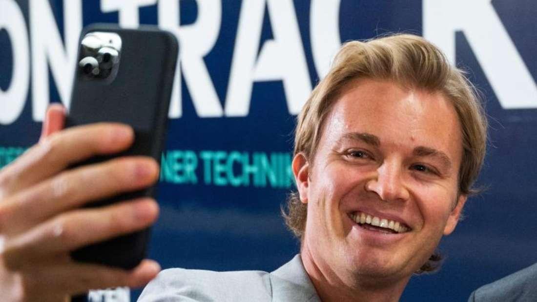 Nico Rosberg hat sein Smartphone inzwischen zur Seite gelegt. Foto: Christophe Gateau/dpa