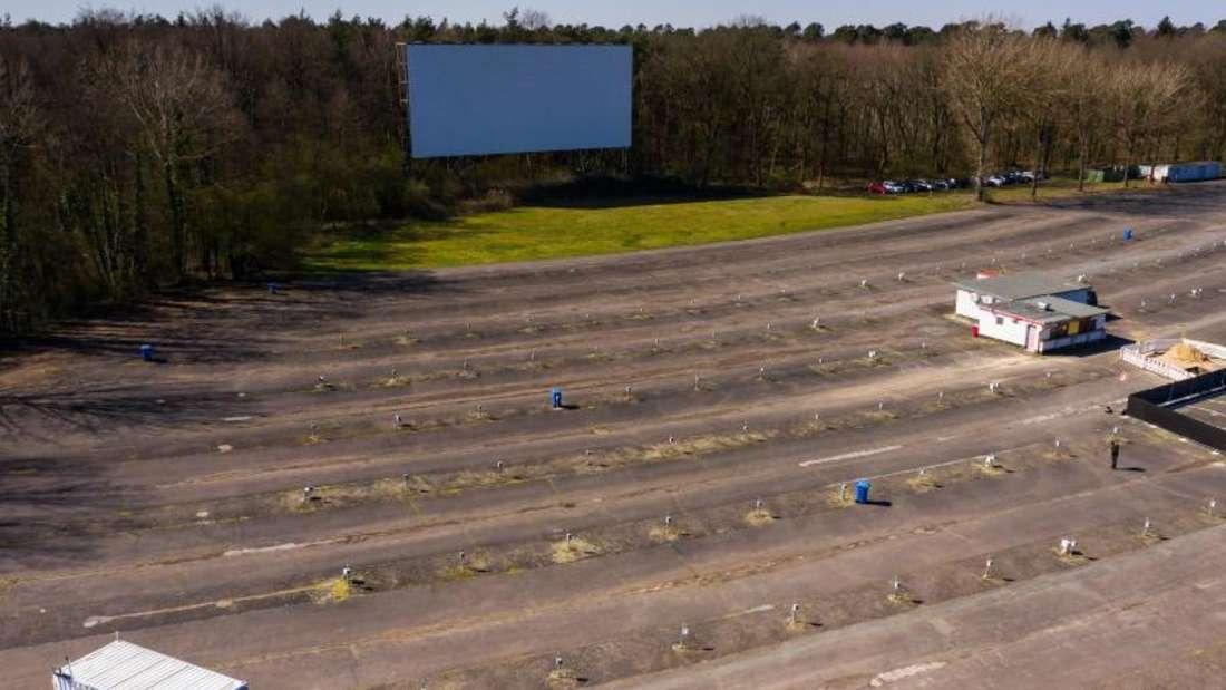 Der Zuschauerbereich ist mit Bodenwellen zum Anheben der Fahrzeuge ausgestattet. Foto: Andreas Arnold/dpa