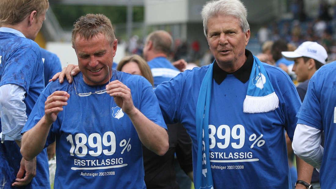 Ralf Rangnick (l.) und Dietar Hopp feiren den Bundesliga-Aufstieg der TSG Hoffenheim.