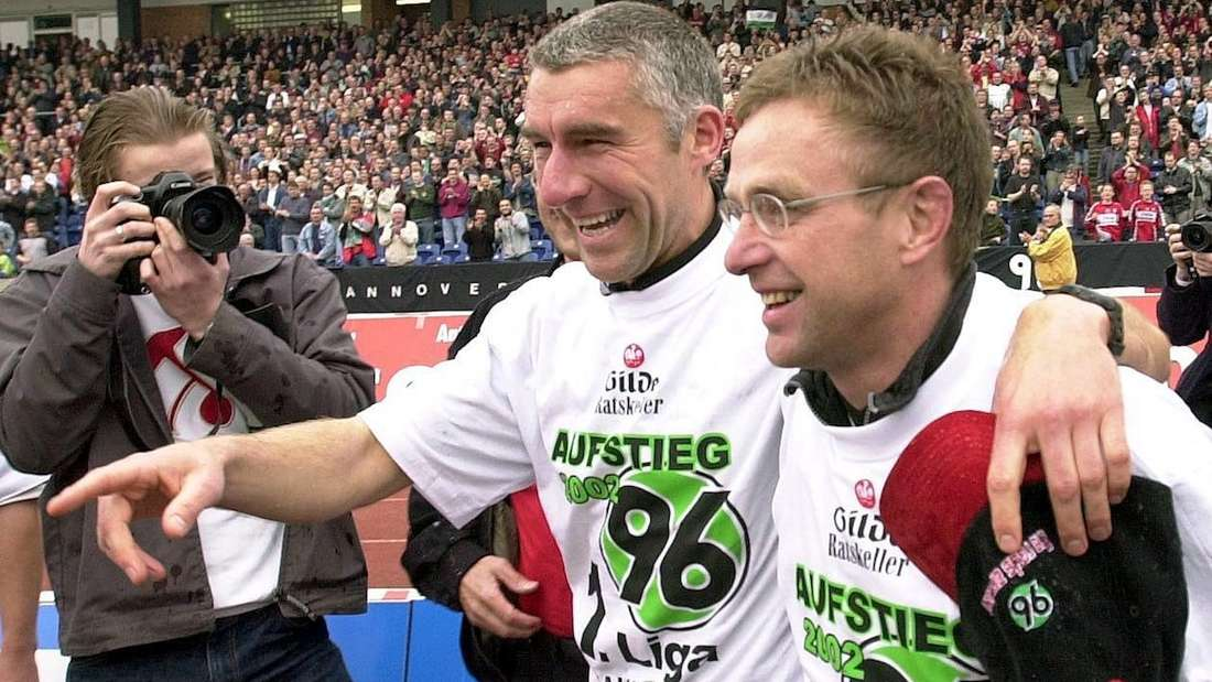 Ralf Rangnick (r., mit Co-Trainer Mirko Slomka) feiert den Bundesliga-Aufstieg mit Hannover 96.