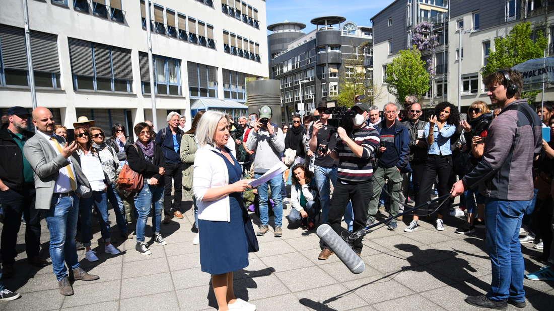 Bei der Vernehmung von Rechtsanwältin Beate Bahner versammeln sich bis zu 250 Anhänger vor der Polizeidirektion Heidelberg.