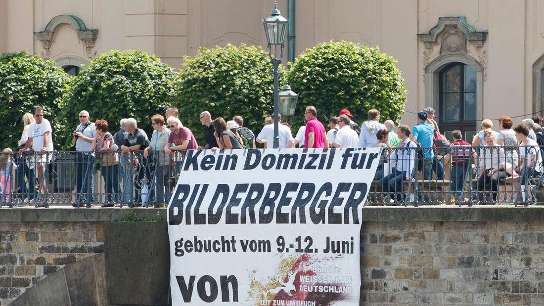 """Ein Banner mit der Aufschrift """"Kein Domizil für Bilderberger"""" des rechtsnationalen Bündnisses """"Weißer Rabe Deutschland"""" in Dresden."""