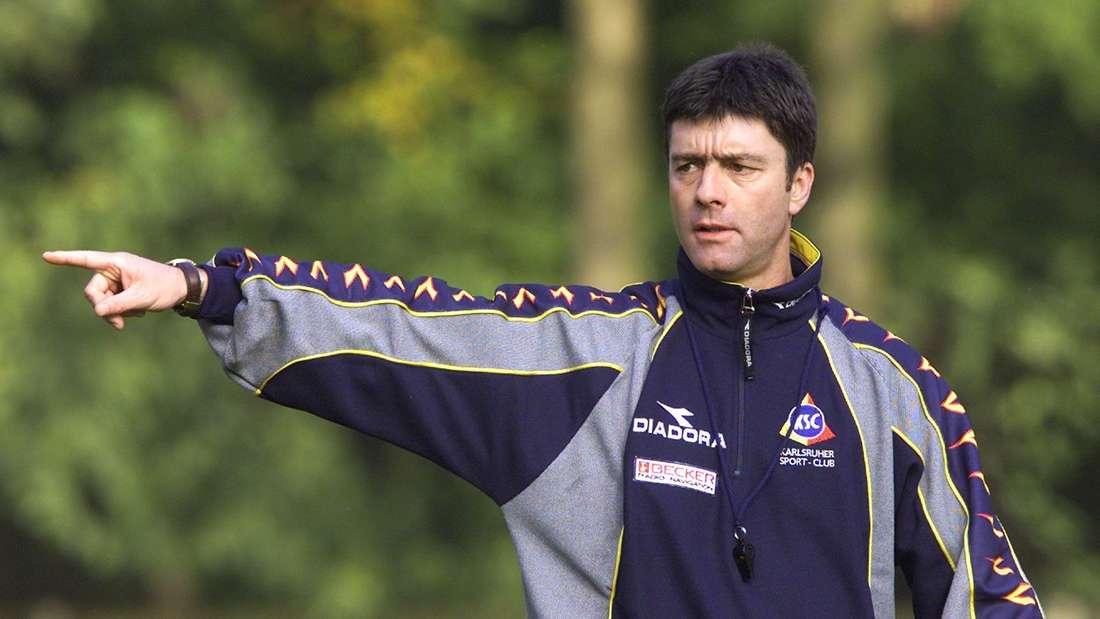 Der spätere Bundestrainer Joachim Löw kann den Abstieg des Karlsruher SC nicht verhindern.