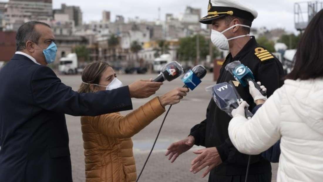 Kapitän Diego Perone (rechts) spricht mit der Presse über kunststoffüberzogene Mikrofone, nachdem zwei Passagiere des Kreuzfahrtschiffes «Greg Mortimer» mit Covid-19 in ein örtliches Krankenhaus gebracht wurden.