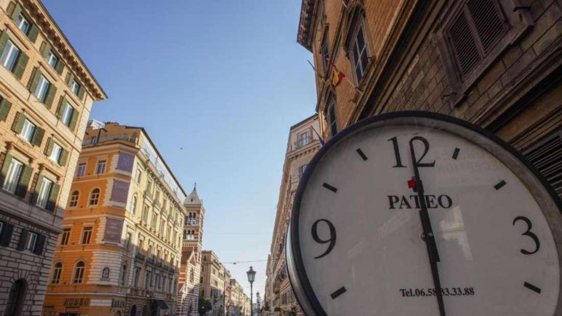 Die Via Nazionale, normalerweise eine der verkehrsreichsten Straßen des historischen Stadtzentrums von Rom, war am vergangenen Freitag noch fast menschenleer. Foto: Andrew Medichini/AP/dpa