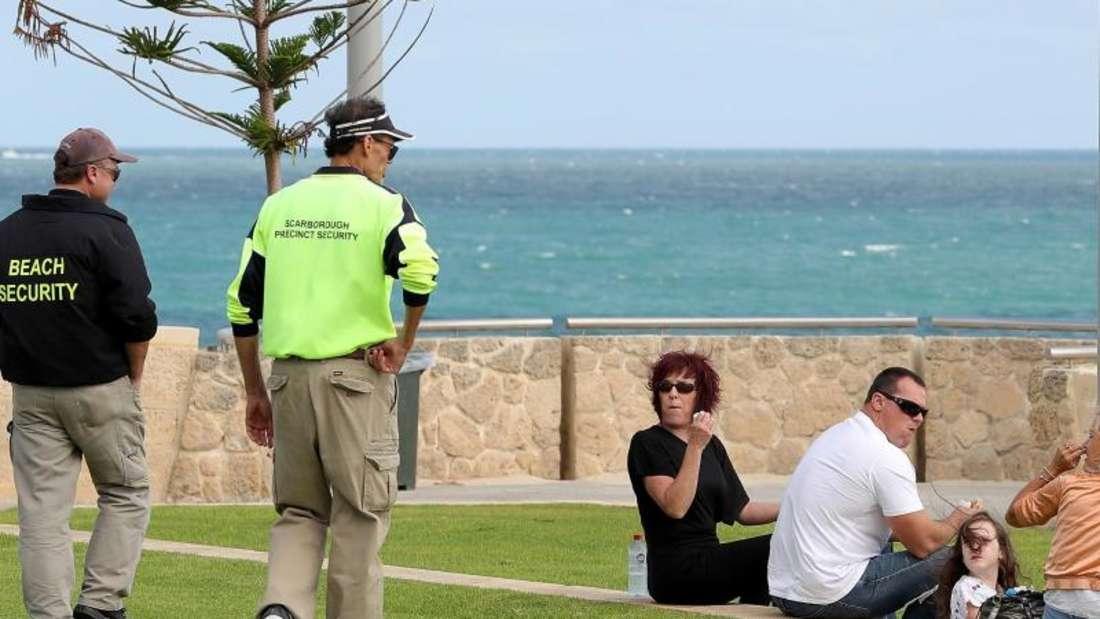 Die Regierung des westaustralischen Bundesstaates Scarborough Beach hat die Zwei-Personen-Grenze für öffentliche Versammlungen gelockert. Foto: Richard Wainwright/AAP/dpa