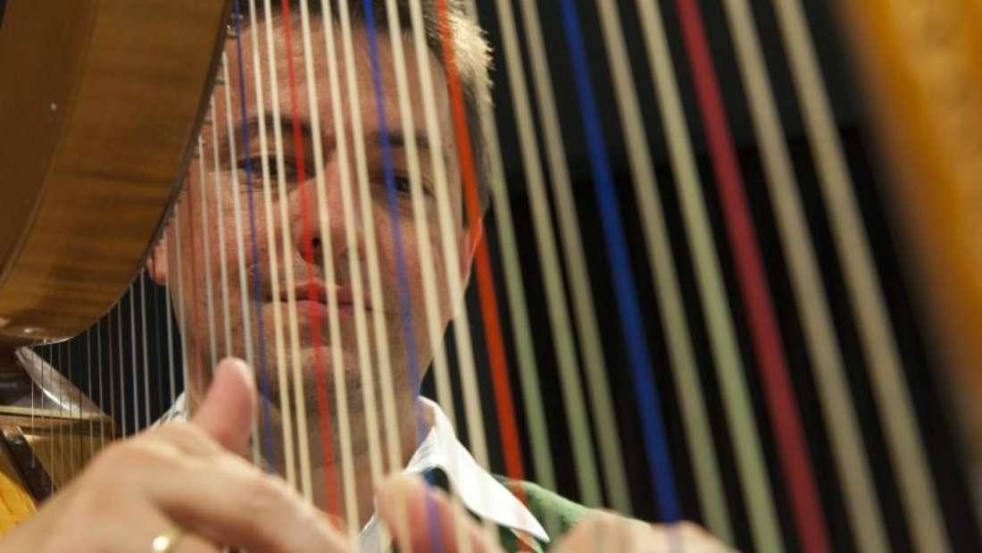 Roland Pongratz, Musikalischer Leiter der «Volksmusikakademie in Bayern» in Freyung, an der Harfe. Foto: Ernst Wrba/Roland Pongratz/dpa