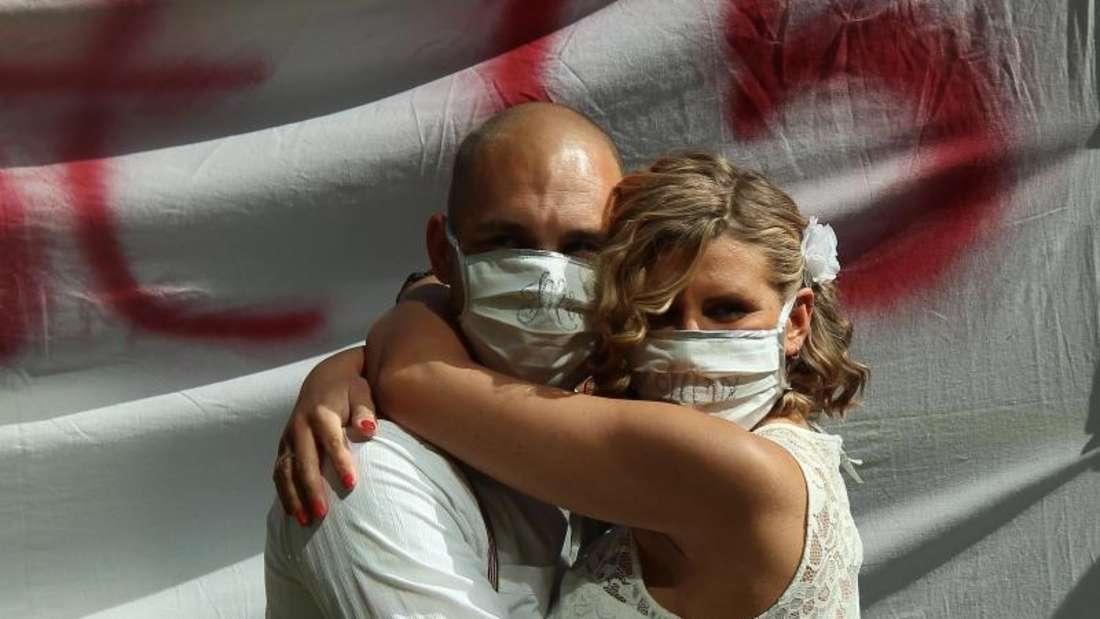 Nur fürs Foto mit Maske: Marlena und Sebastian Sternberg haben Ja gesagt. Foto: Klaus Sternberg/Sternberg /dpa