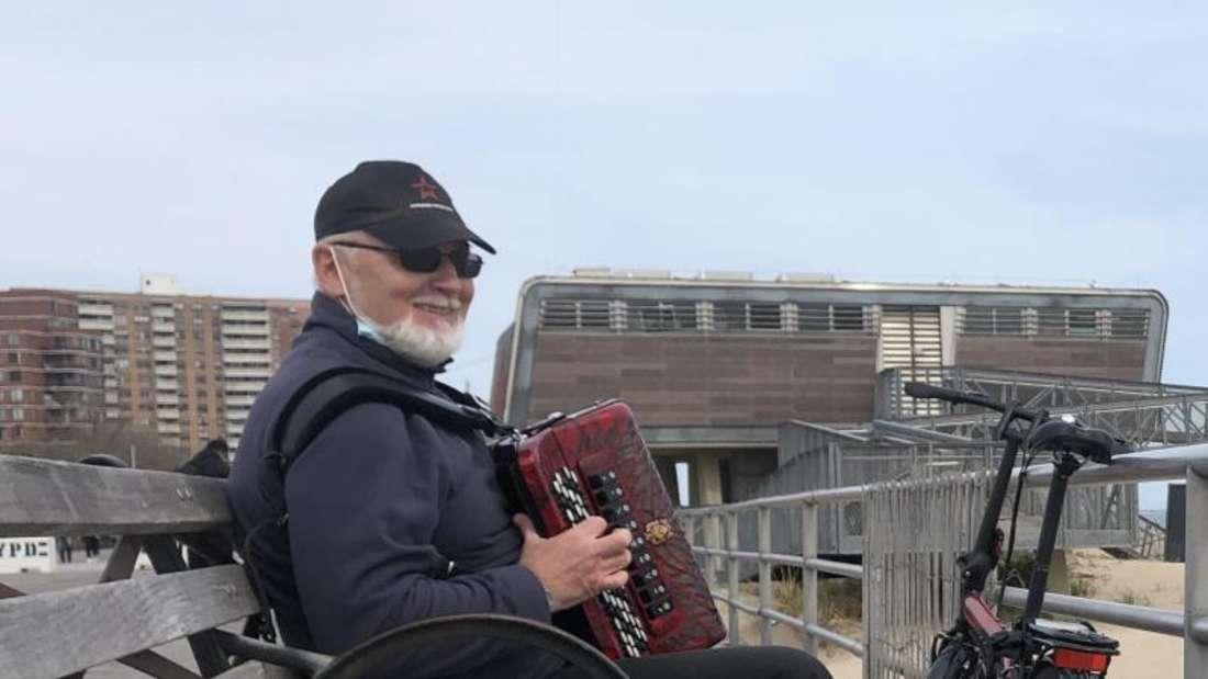 Nick will den Menschen mit seinem Akkordeon eine Freude bereiten. Foto: Benno Schwinghammer/dpa