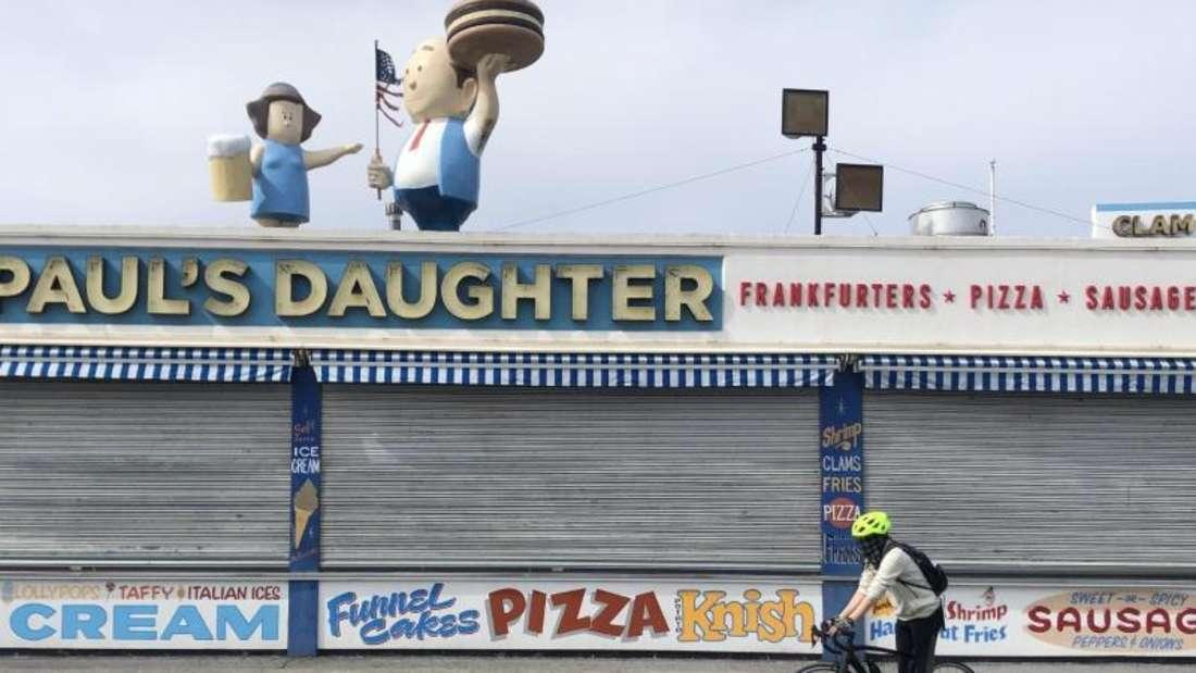 Alles zu auf Coney Island. Foto: Benno Schwinghammer/dpa