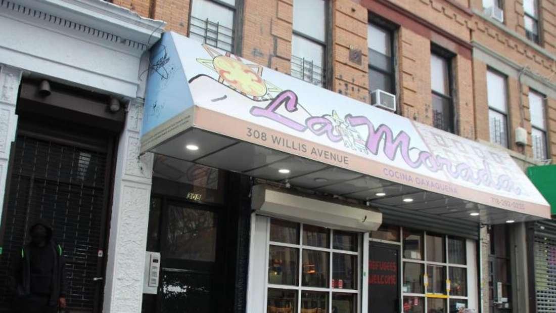 Das Restaurant «La Morada» in der Bronx teilt Essen an Bedürftige aus. Foto: Christina Horsten/dpa
