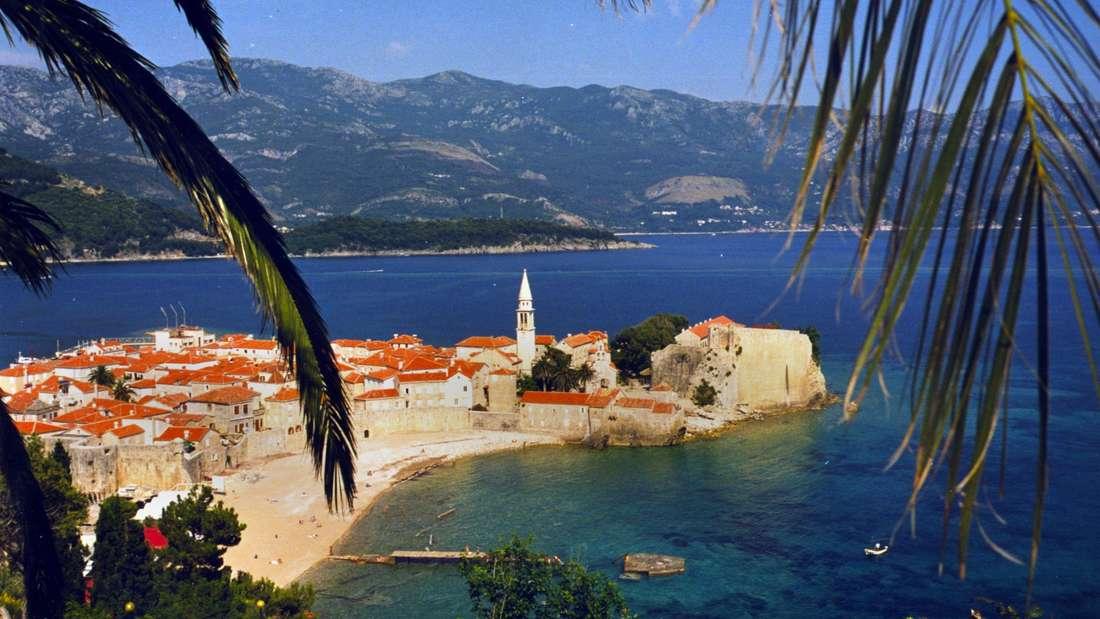 Das malerisch an der Küste Montenegros gelegene Budva bietet feine Kieselstrände.