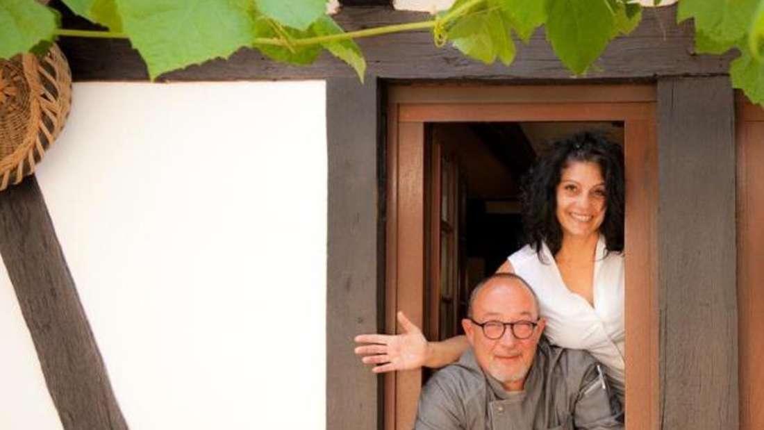 """Inhaber und Küchenchef Achim Schmorleiz und Inhaberin Carmelafreuen sich, ihre Gäste im """"Kochemer Bayes"""" in Hemsbach begrüßen zu dürfen."""