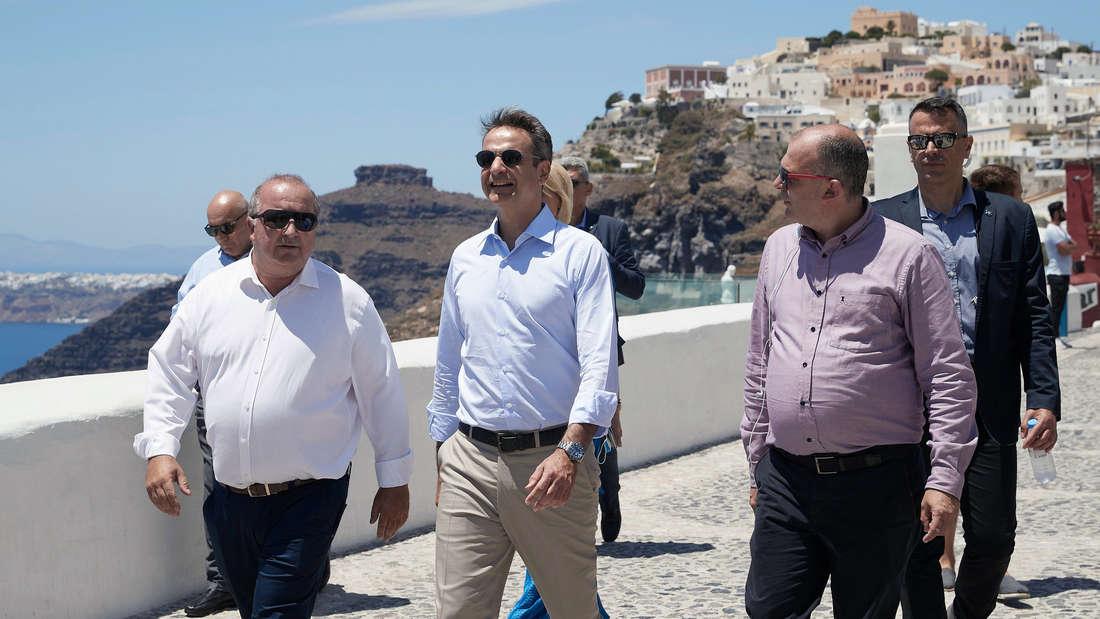 Urlaub trotz Coronavirus - Griechenland:Kyriakos Mitsotakis (M), Ministerpräsident von Griechenland, besucht die Insel Santorini