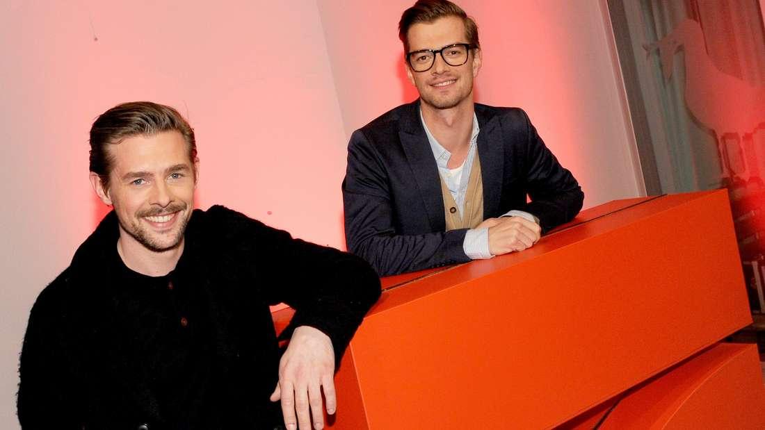 Joko Winterscheidt und Klaas Heufer-Umlauf stehen hinter dem ProSieben-Logo.