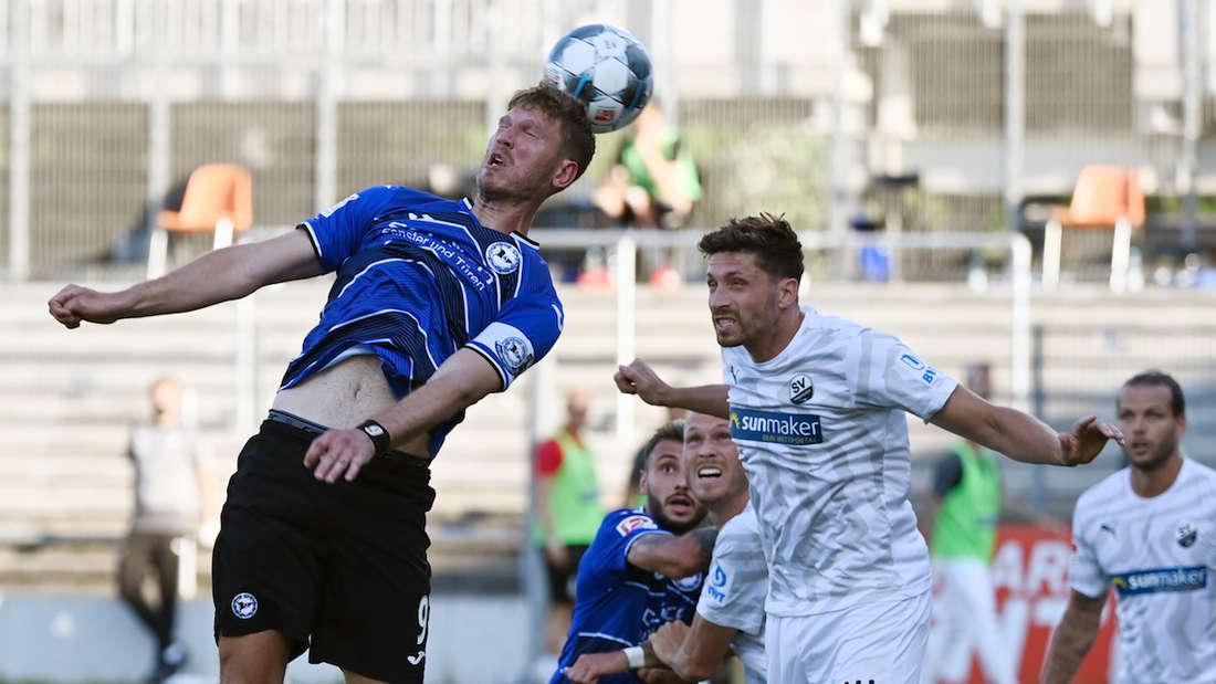 Sandhausens Tim Kister (r.) im Luftduell mit Bielefelds Fabian Klos.