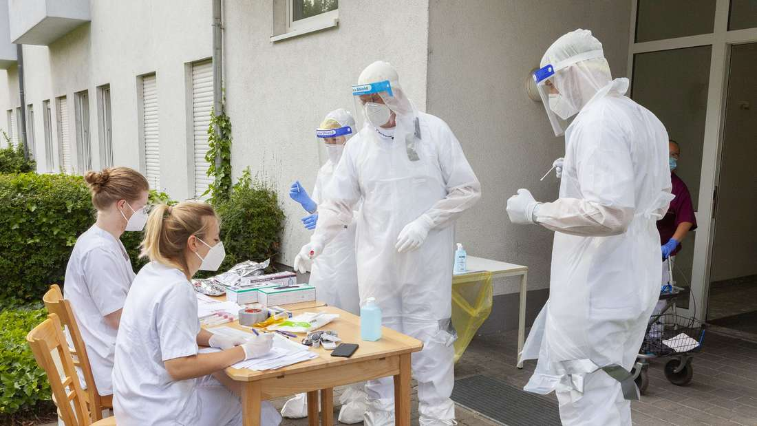 Coronavirus-Test: Das Stäbchen mit der Probe wird übergeben und verpackt.