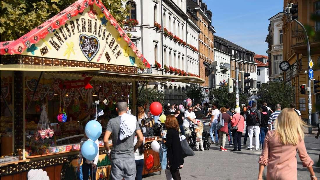 """Eine Schaustellerbude mit dem Namen """"Knusperhäuschen"""" ist im Rahmen des Heidelbereger Herbstes in der Heidelberger Innenstadt aufgebaut. (Symbolbild)"""