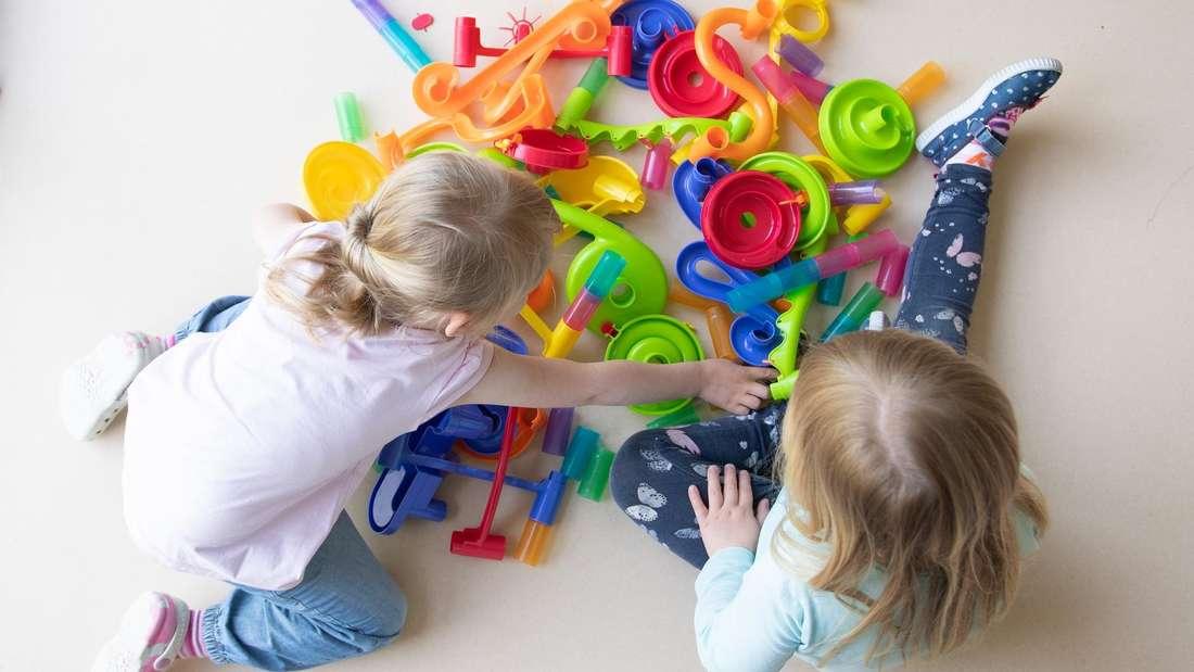 Kinder spielen mit Spielzeug.