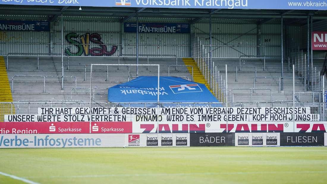 Die Fans von Dynamo Dresden haben im BWT-Stadion am Hardtwald ein Banner angebracht.