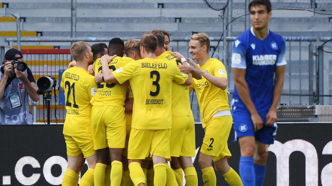 Die Bielefelder Mannschaft bejubelt den Treffer zum 0:1.